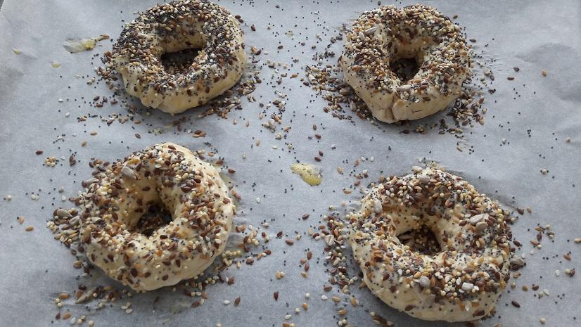 Bestrooi de bagels royaal met zadenmix