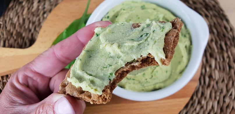 Vegan kaas met daslook op een cracker